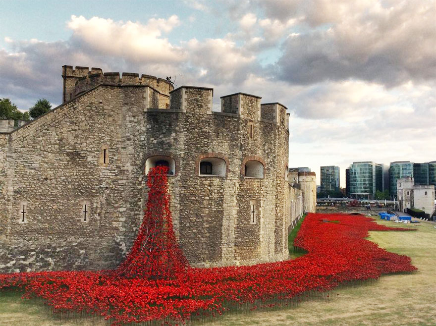 1409559320627 ceramic poppies first world war installation london tower 12 888,246 Poppies Pour Like Blood From The Tower Of London To Remember The Fallen Soldiers Of WWI