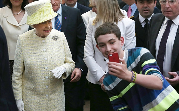 image47 Queen Elizabeth Doesnt Like Selfies