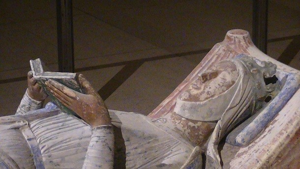 Church of Fontevraud Abbey Eleanor of Aquitaine effigy 610x343 20 Women Who Made History By Bending Gender Roles
